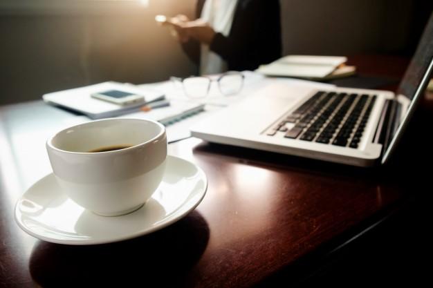 conceito-empresarial-com-espaco-de-copia-mesa-de-escritorio-com-foco-na-caneta-e-quadro-de-analise-computador-caderno-xicara-de-cafe-na-mesa-tons-de-entrada-filtro-retro-foco-seletivo_14